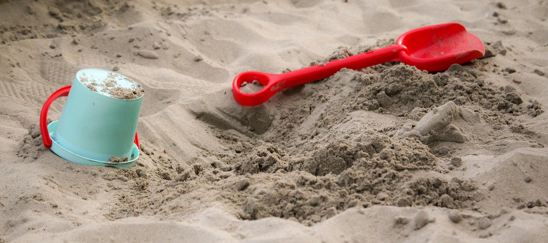 pískoviště na dětském hřišti